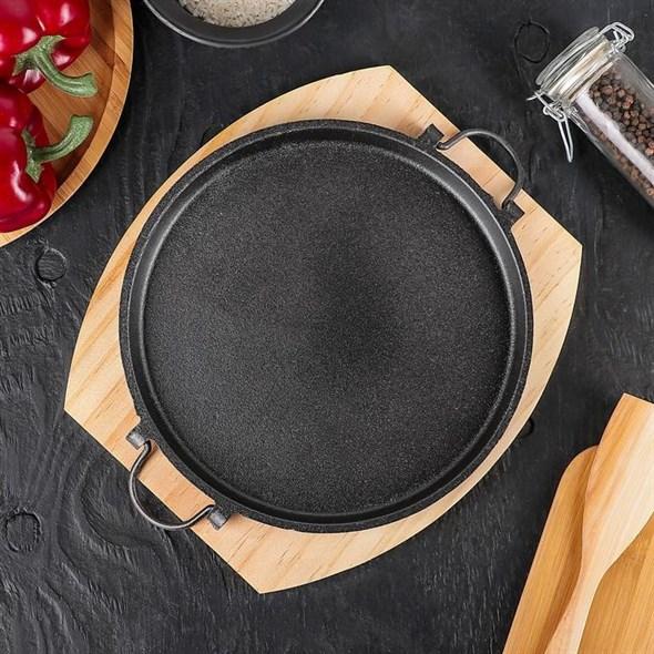 Блюдо металлическое для подачи на деревянной подставке - фото 25841