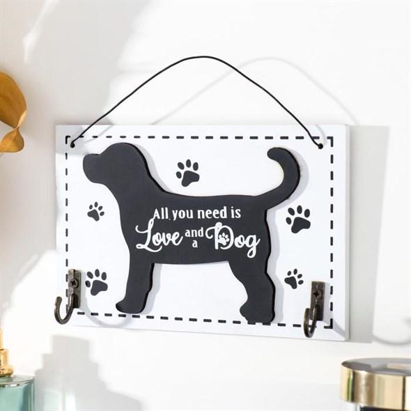 "Табличка подвесная ""Всем нужна любовь и собака"" с крючками - фото 29492"