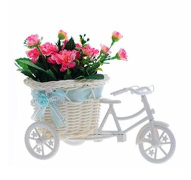 Велосипед с искусственными красными цветами - фото 9215