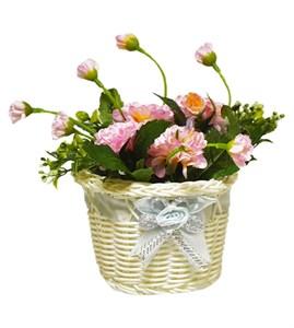 Цветы искусственные в плетеной корзинке